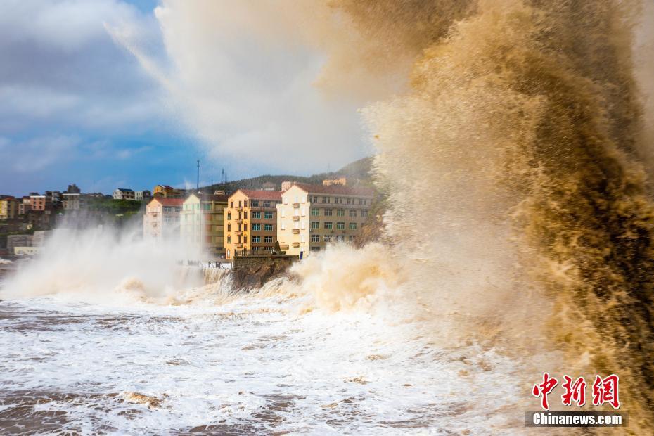 """台风""""烟花""""逼近浙江沿海 掀起近30米惊涛巨浪"""
